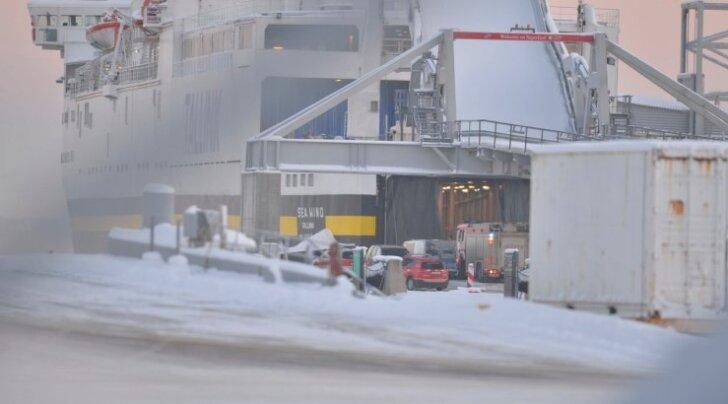 FOTOD SÜNDMUSKOHALT: Mees kukkus Tallinna sadamas laevatrümmi
