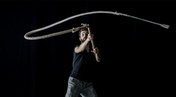 Austria mägikülas sündinud koreograaf Simon Mayer leidis lavastuse jaoks inspiratsiooni rahvatantsudest ja -muusikast.