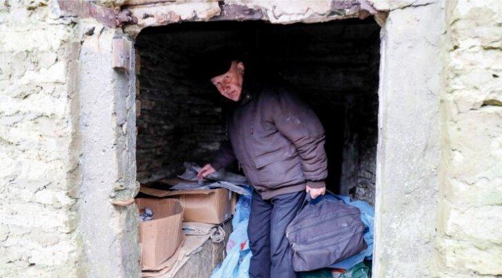 Mati Elmest elab selles keldris. Kastides on tal toit ja riided. Elamispinna taotlejana on ta kirjas juba 2007. aastast.