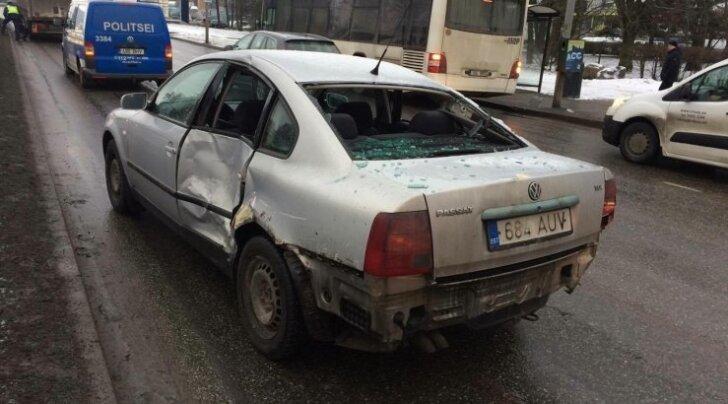 """ФОТО читателя Delfi: """"Находчивый"""" водитель хотел протиснуться между двумя фурами"""