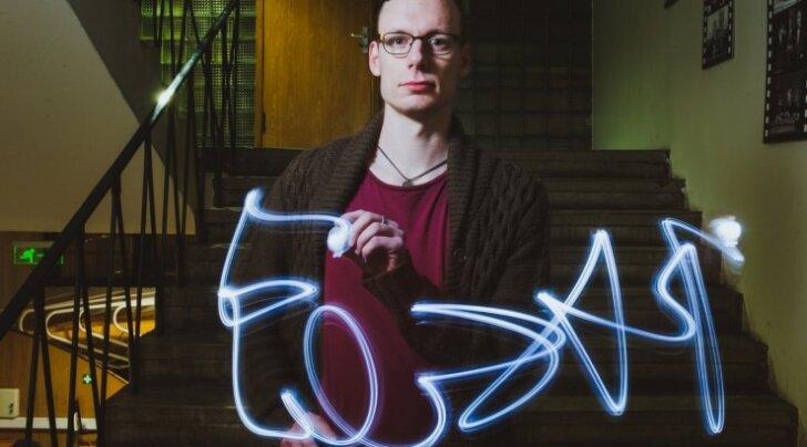 """Liam Clark ei välista, et tulevikus Eestisse elama asub. Fotol kirjutab ta Eesti Laulu poolfinaali ajal nii nagu esinejadki LED-lambiga õhku sõna """"Eesti""""."""