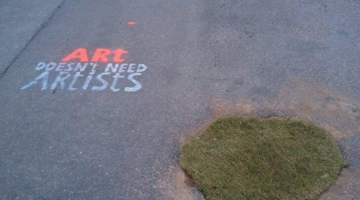 FOTOD: Omamoodi idee! Keegi lappis tänavaauke murumätastega!