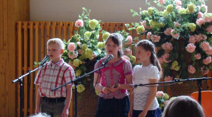 Käru uue laululapsena astus kontserdil üles Kevin Morten (vasakul), keda toetasid Airika ja Keiri. Foto: Eva Seera