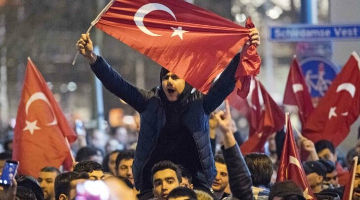 Tuhatkond türklast avaldas laupäeva õhtul Rotterdamis meelt Hollandi valitsuse otsuse vastu. Märulipolitseil tuli kasutada veekahurit, et rahvahulk laiali läheks.