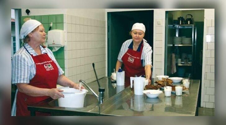 UUS UNIVORM: Elve Rand (vasakul) ja Meida Aug said parima koolisöökla konkurssilt kaasa spets tikandiga uhked punased põlled. Neid igapäevaselt kanda ei raatsitagi, ikkagi nagu mälestusasi ka, mitte pelgalt tavaline tööriie