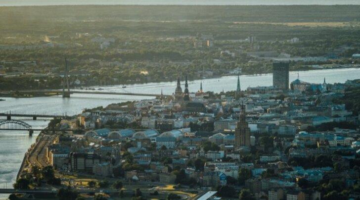 ФОТО. Как выглядит вечерняя Рига с воздушного шара