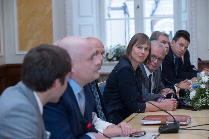 """Presidendikandidaat Kersti Kaljulaid riigikogus fraktsioonide esindajatega. """"President, kes on valitud kõikide fraktsioonide häältega, on veelgi paremas positsioonis kõnetamaks kõiki gruppe,"""" usub ta."""