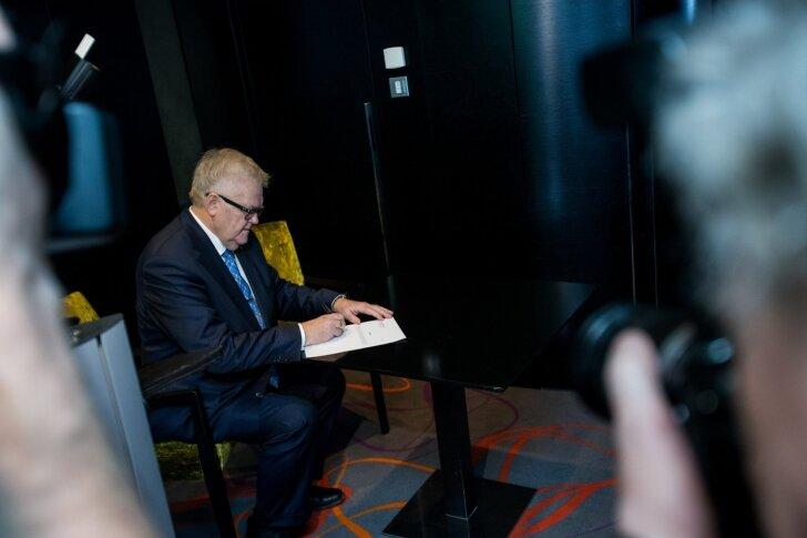 Veebruaris 2015 toimus Ühistupanga asutajate esimene koosolek. Tallinna linna nimel kirjutas liikmelepingule alla linnapea Edgar Savisaar. Nüüd on ta iroonilisel kombel takistuseks pangalitsentsi saamisele.