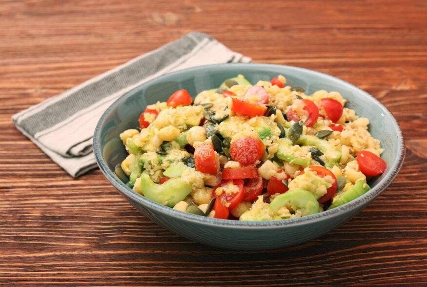"""SUVESALAT: Tomati-kikerherne salat ahjuvorstide ja """"voolava"""" munaga"""