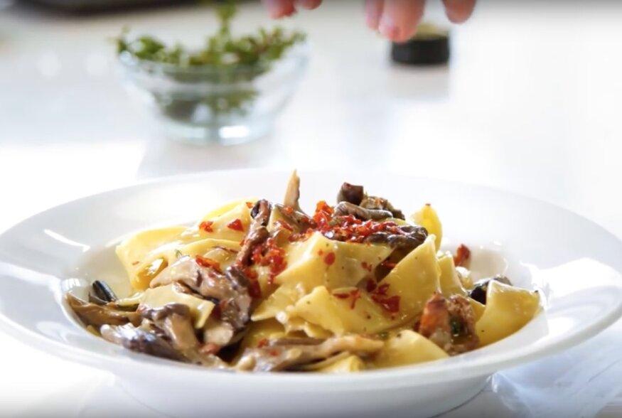 KIIRE ÕHTUSÖÖGI SOOVITUS: Kreemine pappardelle pasta seente ja Prosciutto singiga