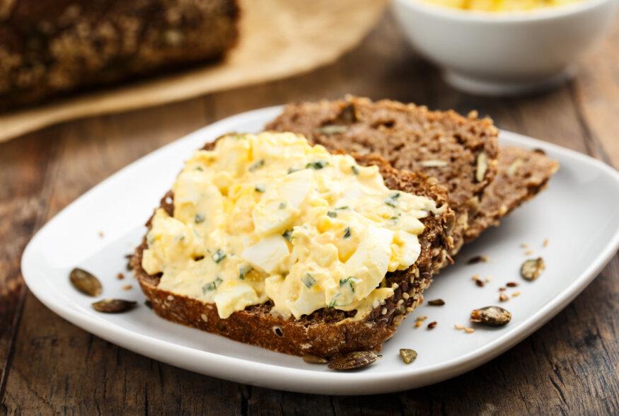Lihavõtetest üle jäänud munadest tee leivale maitsev munavõikreem