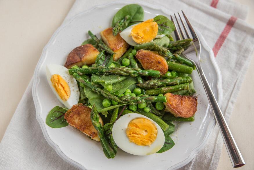 SUVE ALGUSE LÕUNASALAT: Soe värske kartuli, võiga spargli ja kanakintsu salat voolava vutimunaga