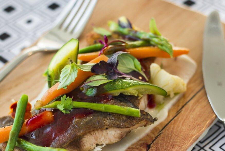 SÖÖGE KALA: Hõrk klaarsäga serveeritud kartuli-juurselleripüreega ja võis praetud miniköögiviljadega