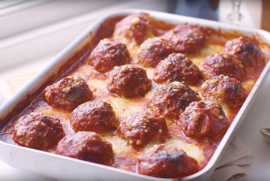 KIIRE ÕHTUSÖÖGI SOOVITUS: Tomatikastme ja mozzarella kattega ahjus valmistatud lihapallid