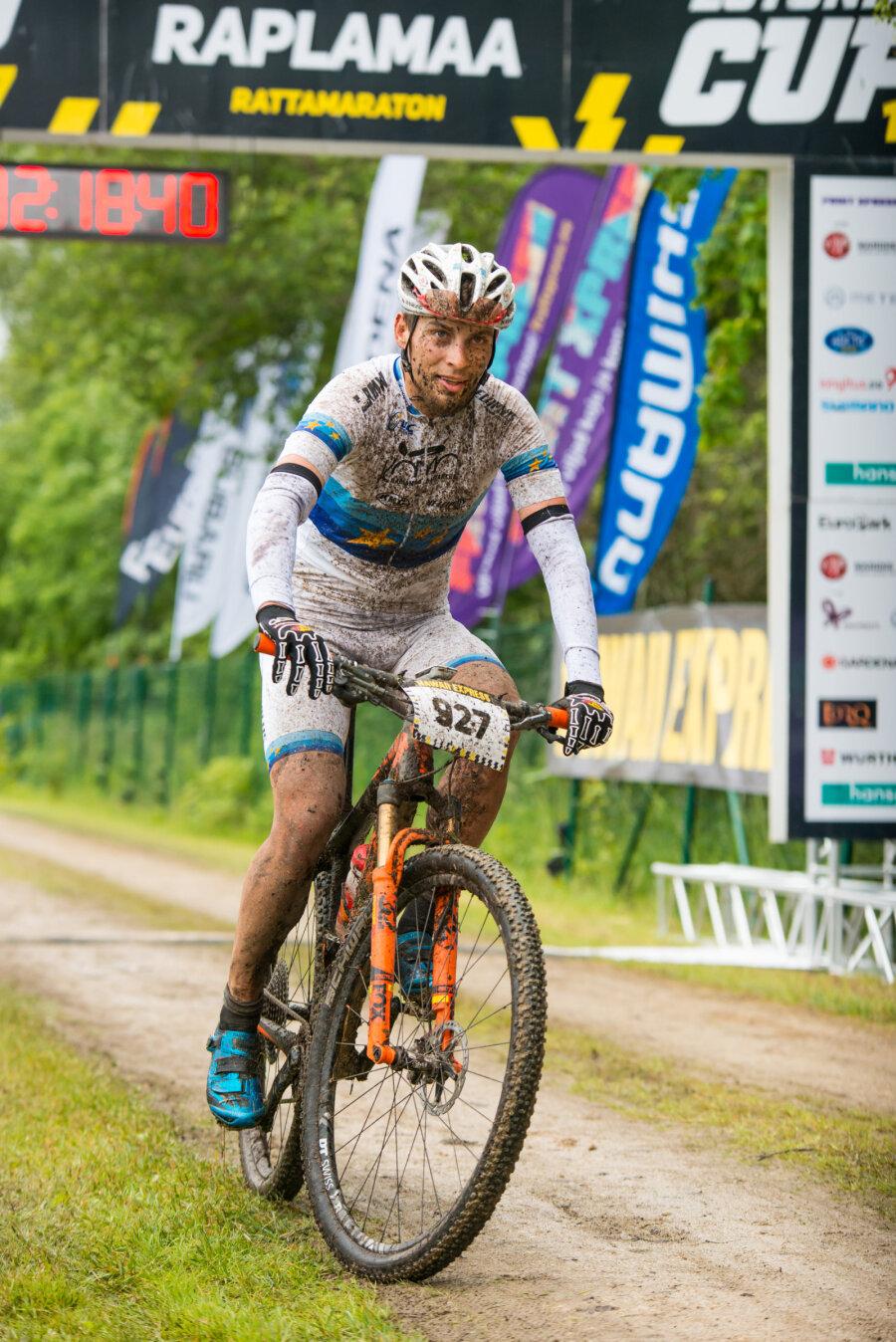 "<span>Raplamaa rattamaratoni võitja Peeter Pruus finishijoonel.</span><span class=""right"">Hawaii Express Estonian Cup</span>"