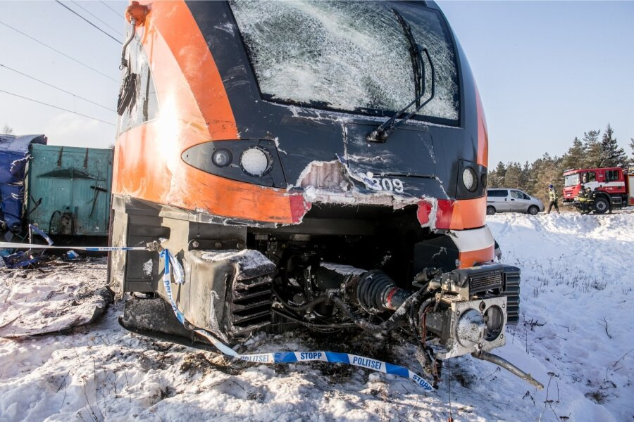 ВЭстонии пассажирский поезд протаранил фургон: два вагона сошли срельс