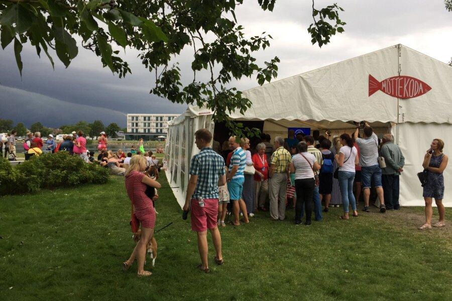 FOTOD JA VIDEO | Torm tahtis Kuressaare Merepäevadel Vahur Kersna esinemise ajal telgi minema viia