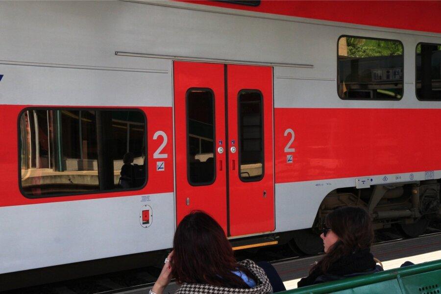 Пассажир поезда умер, высунув голову вокно