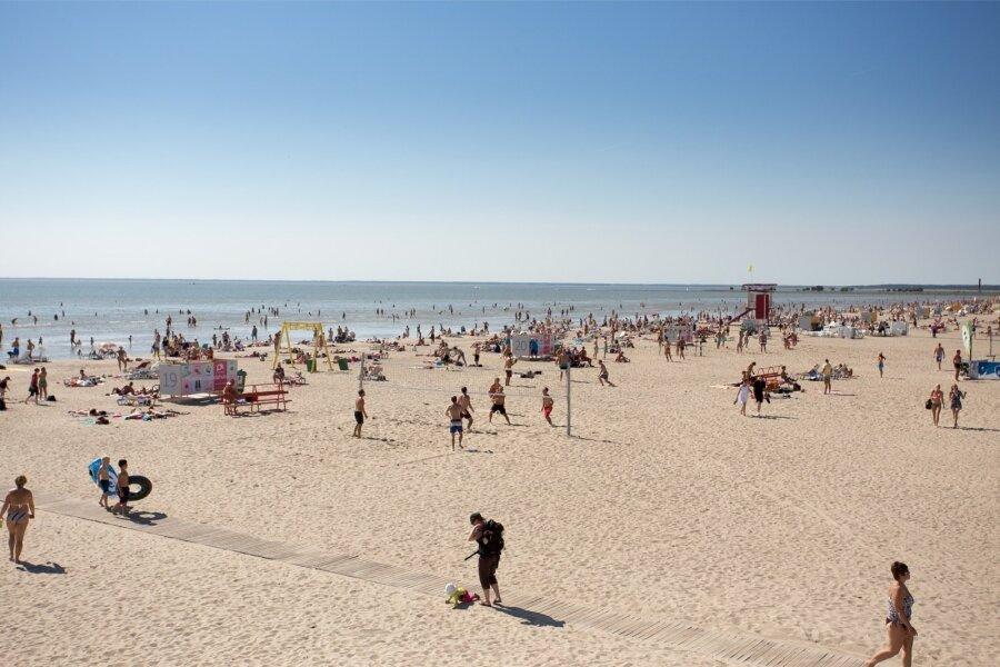 Обнажённый парень на пляже фото 769-448