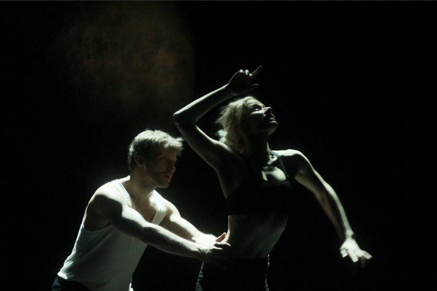 """<span>""""Puudutada kuud"""" on kahe noore tantsuhuvilise (Jaune Kimmel ja Madis Mäeorg -pildil) eneseleidmise ja teineteise leidmise lugu.""""Läbi selle näitame ühtlasi inimsuhteid selles ajastus, seda kuidas nad kaasaaegset tantsu hakkavad tegema ja mis sellest kõigest välja tuleb,"""" ütleb Peeter Raudsepp.</span><span class=""""right"""">Foto: Gabriela Liivamägi</span>"""