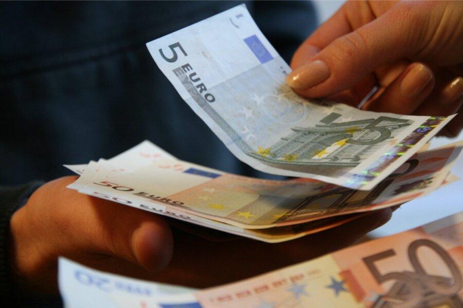 Доллар стоит набирже 62 рубля