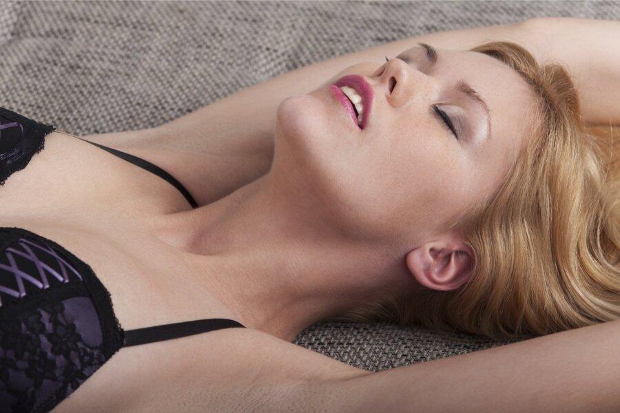 Женщина в постели шедевр видео