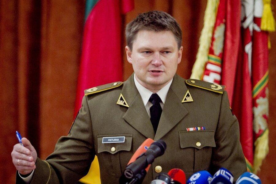 Военный атташе Литвы потерял должность из-за жены-россиянки
