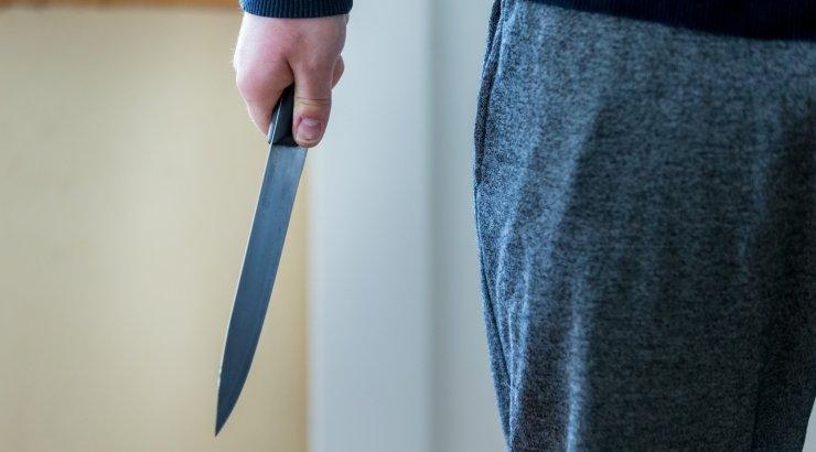 Valgevenes tappis õpilane koolis noaga õpetaja ja kaasõpilase
